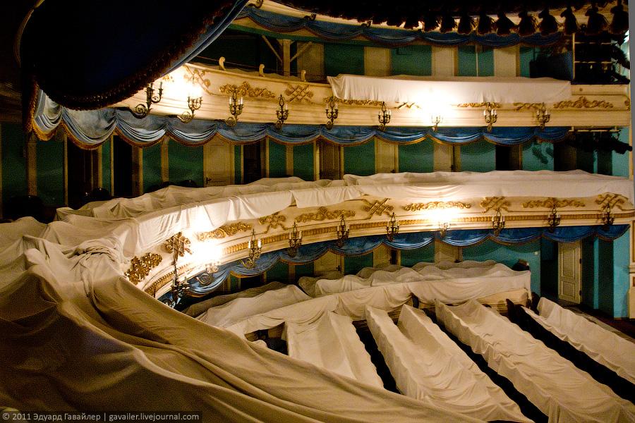 """Зрительный зал построен по схеме  """"ярусного театра """" ."""