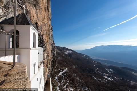 Храм в скале и Крещение по-сербски