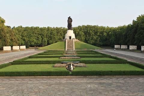 Трептов-парк и монумент Воину-освободителю