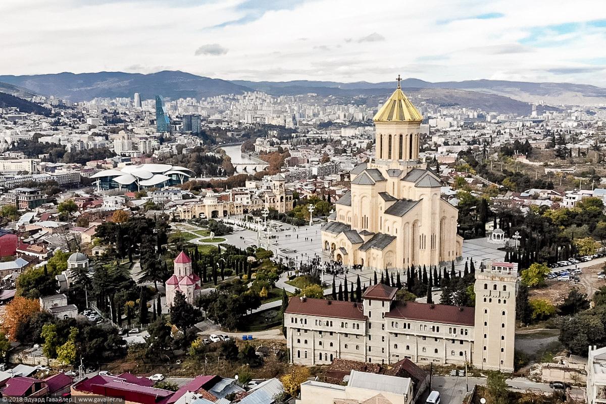 Вид на центр Тбилиси и храм Цминда Самеба с квадрокоптера