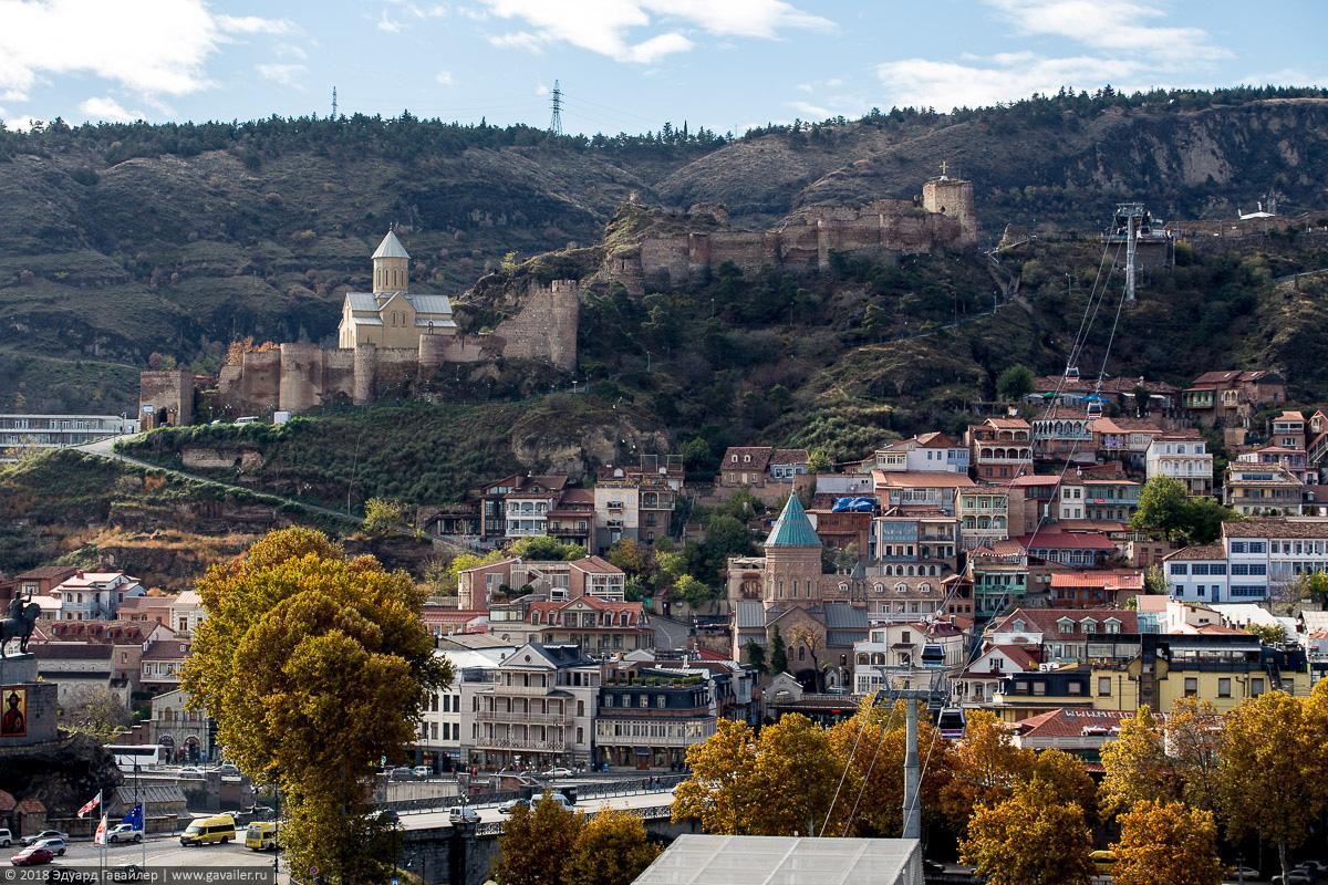 Вид на крепость Нарикала и канатную дорогу в Тбилиси
