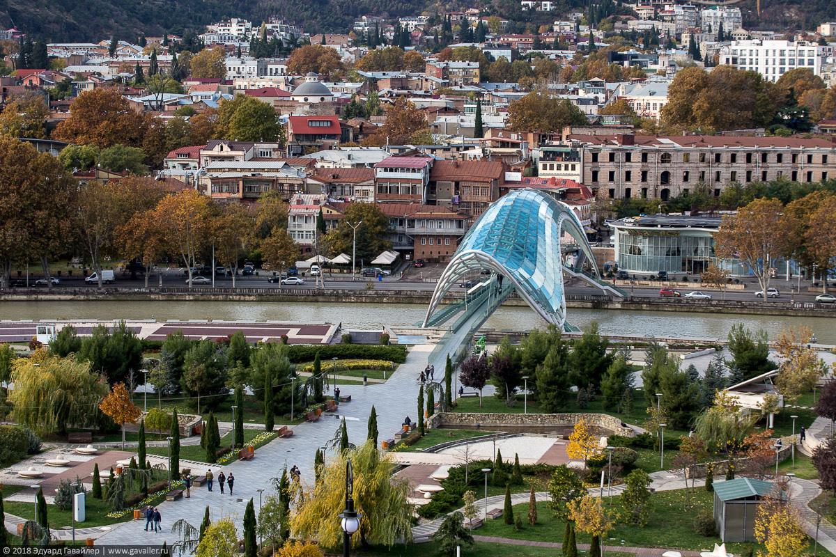 Пешеходный стеклянный мост Мира через реку Кура в Тбилиси