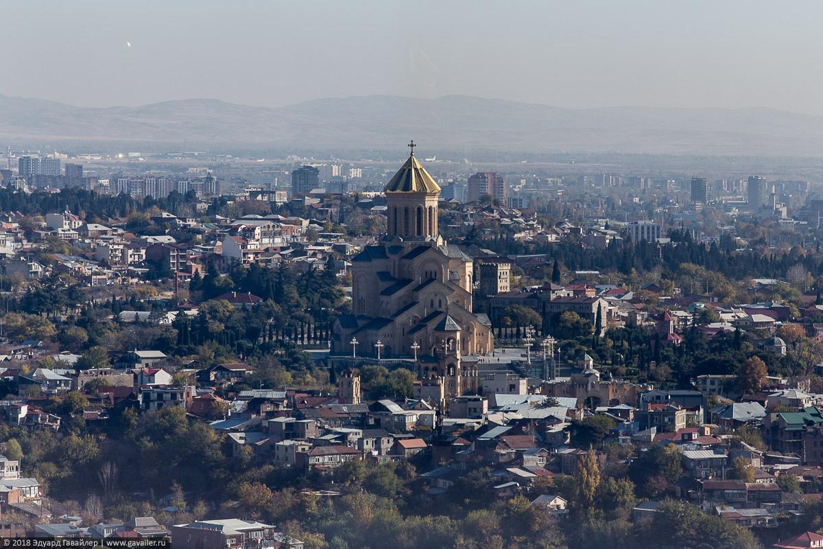 Кафедральный храм Троицы в Тбилиси с воздуха
