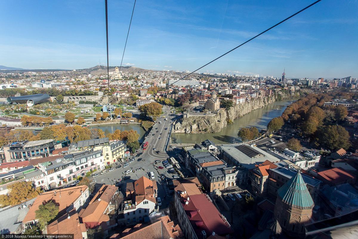 Вид на Площадь Европы и мост через реку Кура с канатной дороги