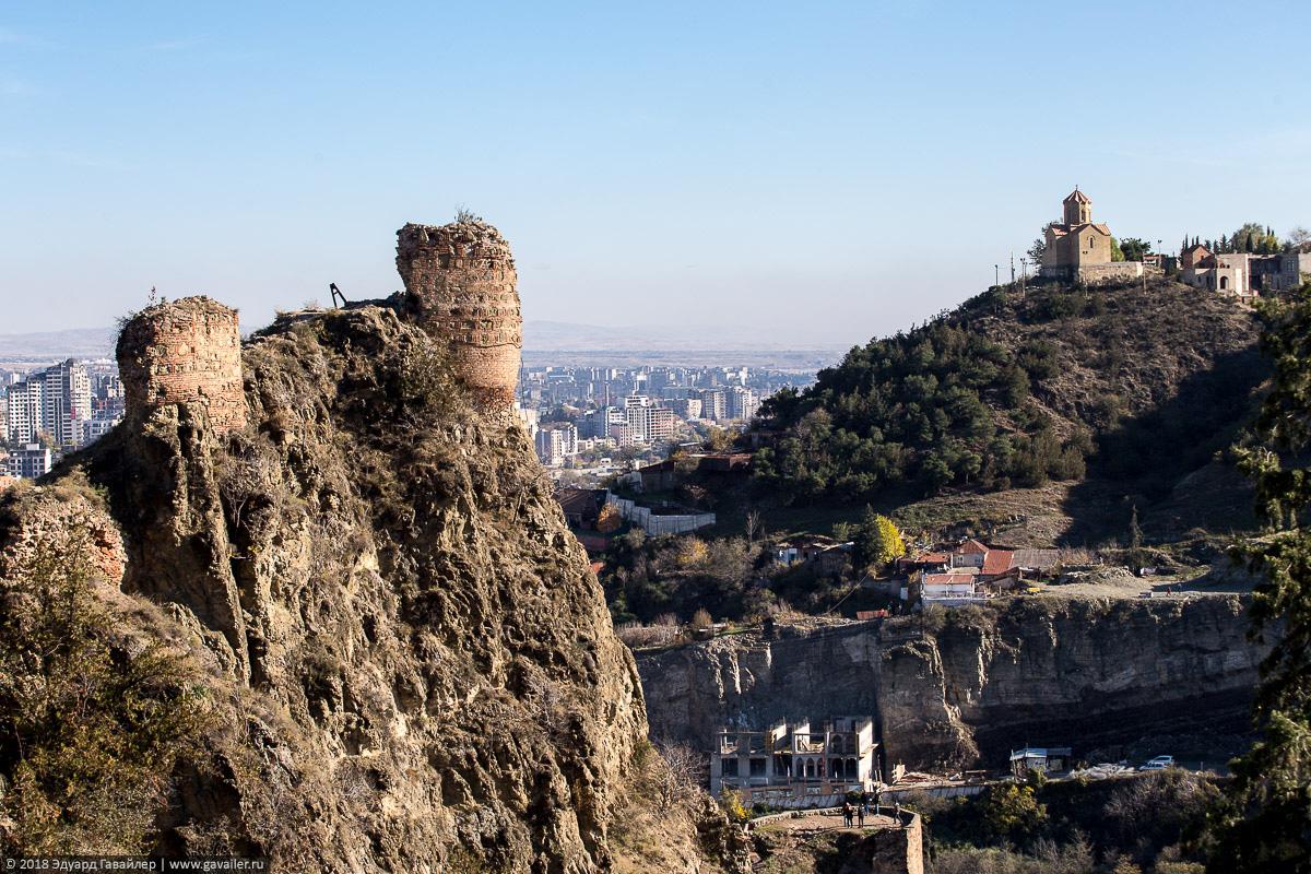 Разрушенные башни крепости Нарикала