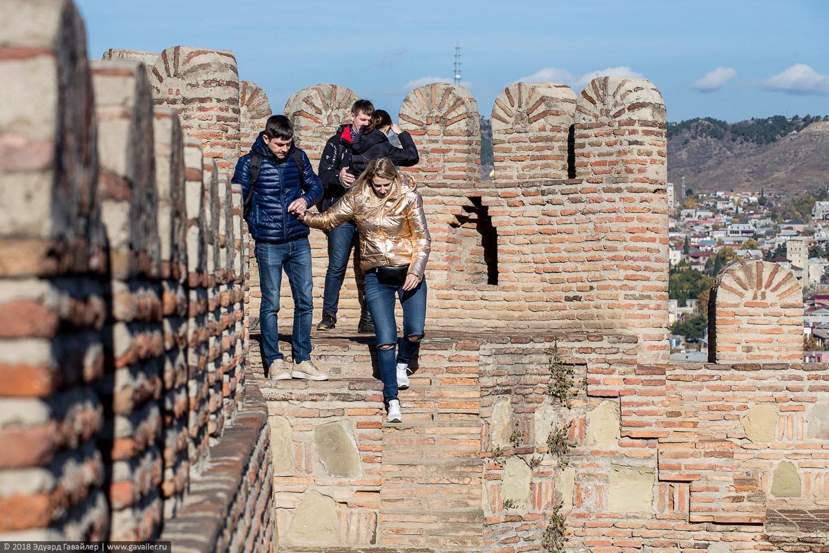 Туристы на стенах крепости Нарикала в Тбилиси