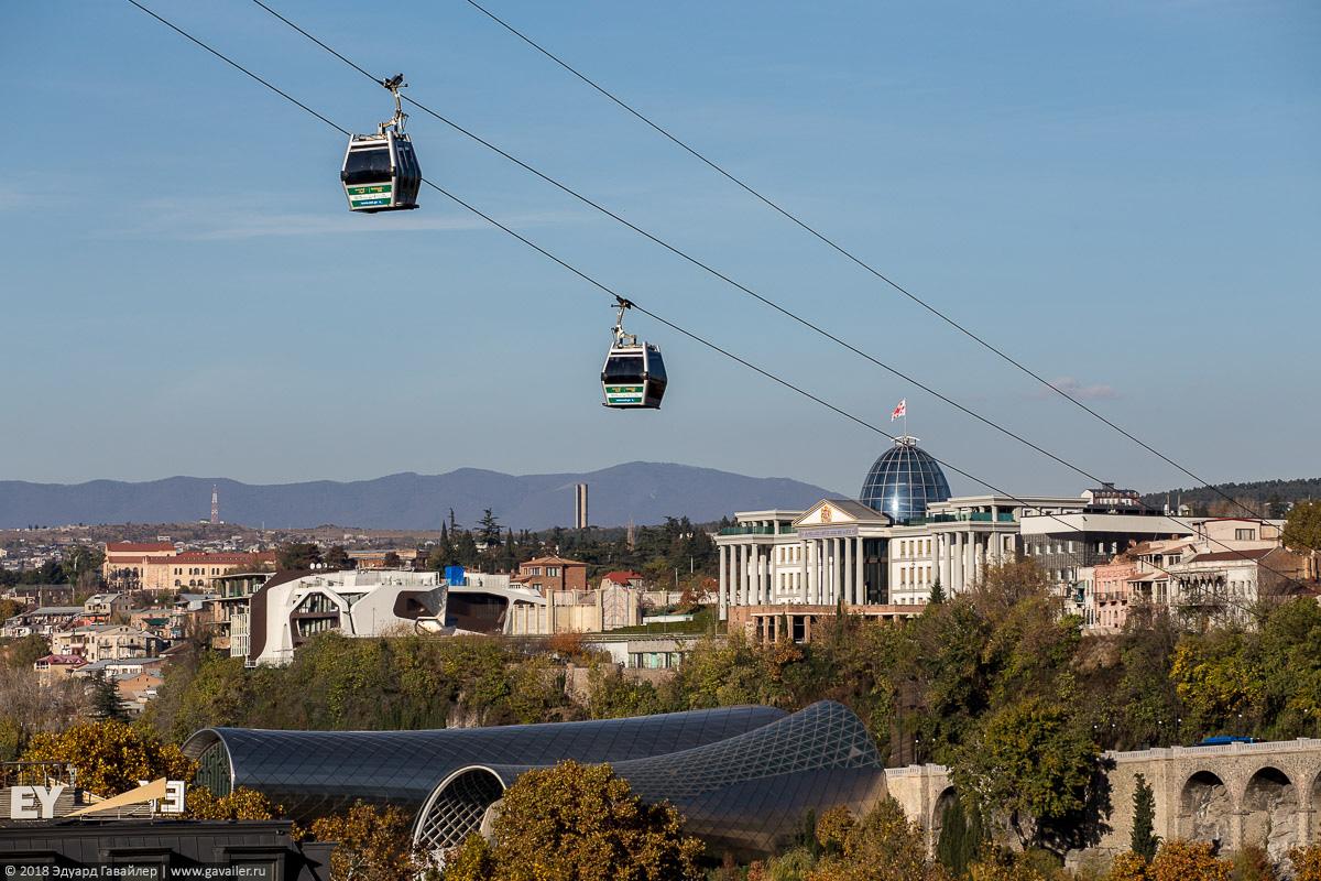 Канатна дорога и Президентский дворец в Тбилиси
