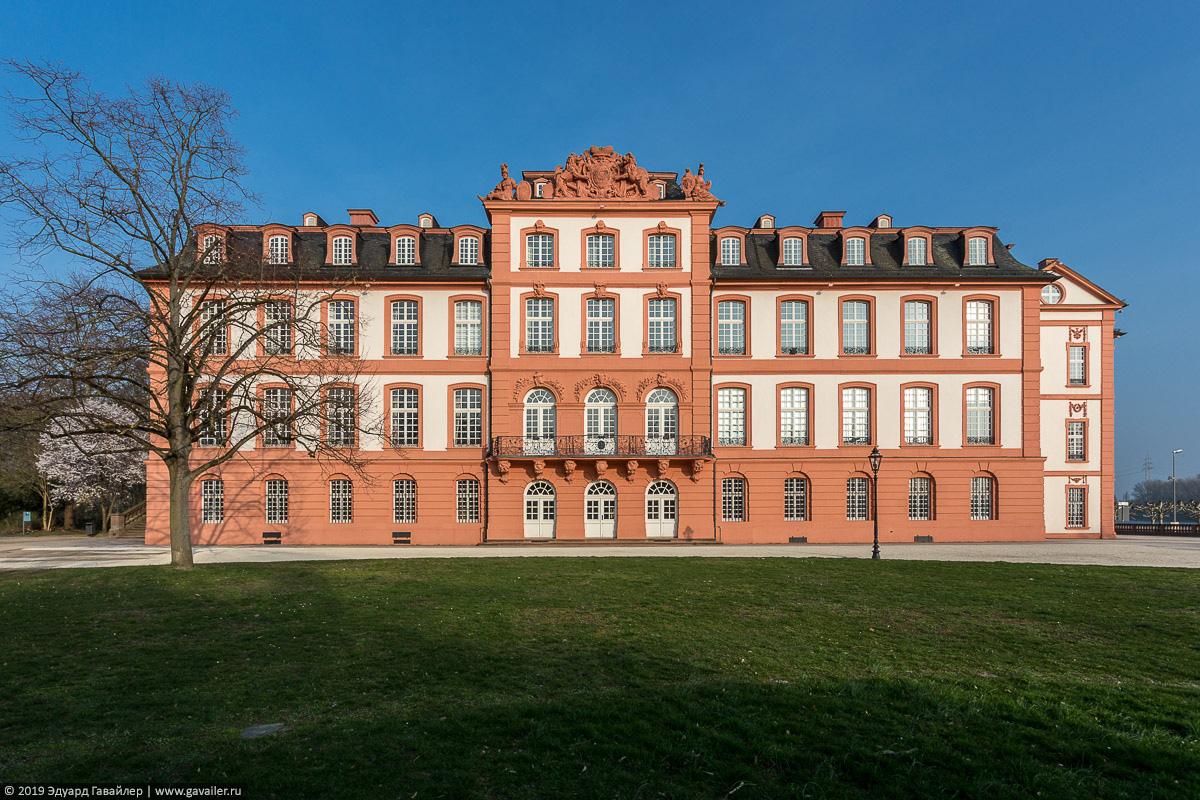 Западное крыло дворца Бибрих