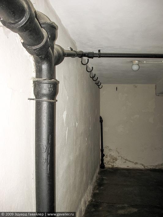 Крюки в крематории концлагеря