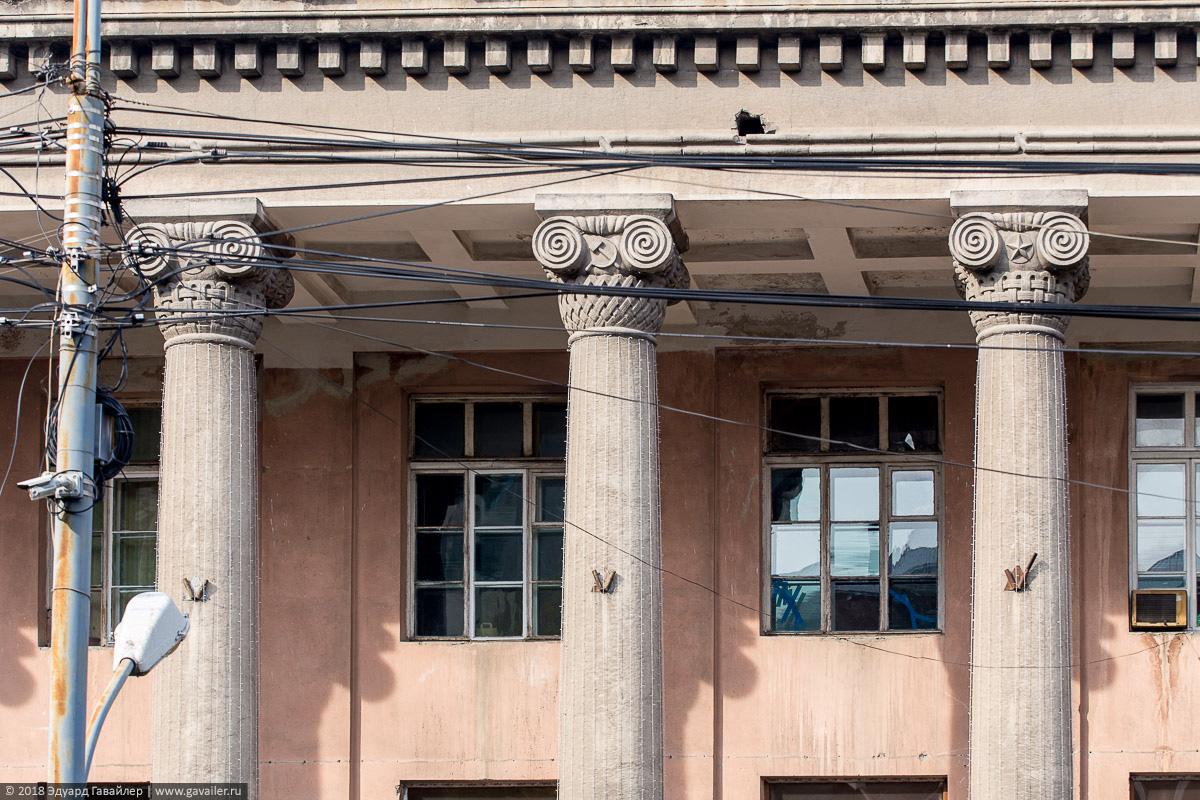 Колонны в Ереване с серпом и молотом