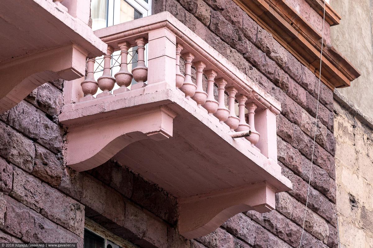 Розовый балкон в Ереване