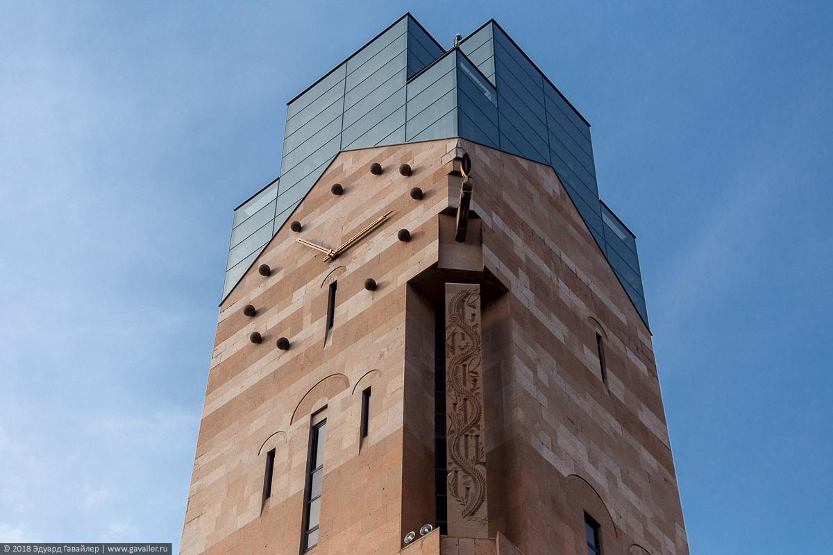 Часы на здании в Ереване