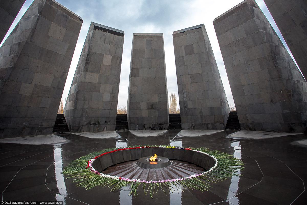Вечный огонь в мемореале Цицернакаберд