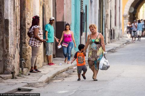 Транспорт и пёстрые улицы Гаваны