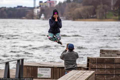 Счастливые шведы и прохожие на улицах Стокгольма